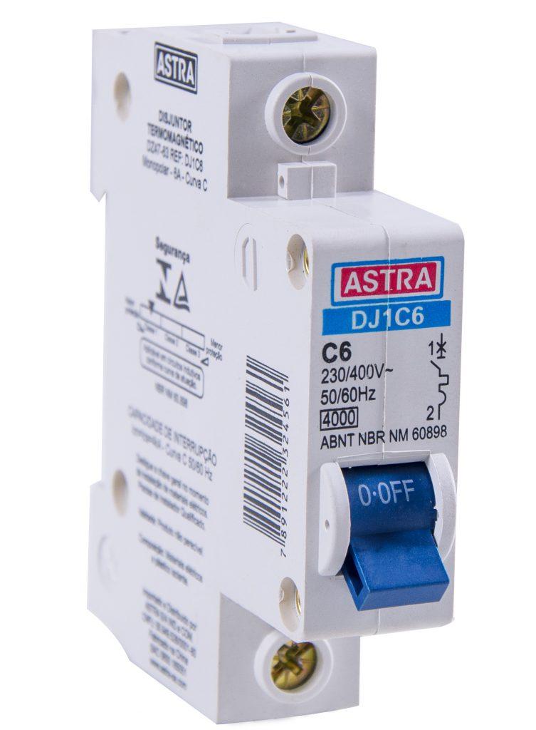 """A imagem mostra um dos tipos de disjuntor branco da Astra. Nele, é possível ver um interruptor azul com a inscrição """"off""""."""