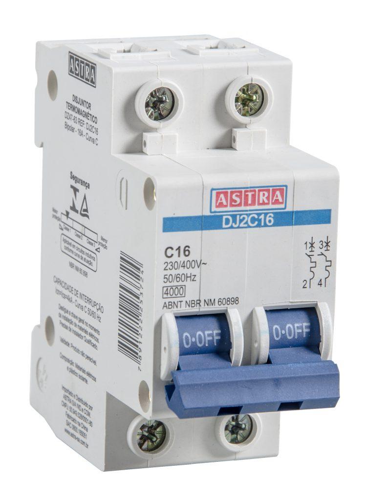 A imagem mostra um disjuntor bipolar da Astra. Ele é branco e possui um interruptor azul, que liga e desliga os dois polos do dispositivo.