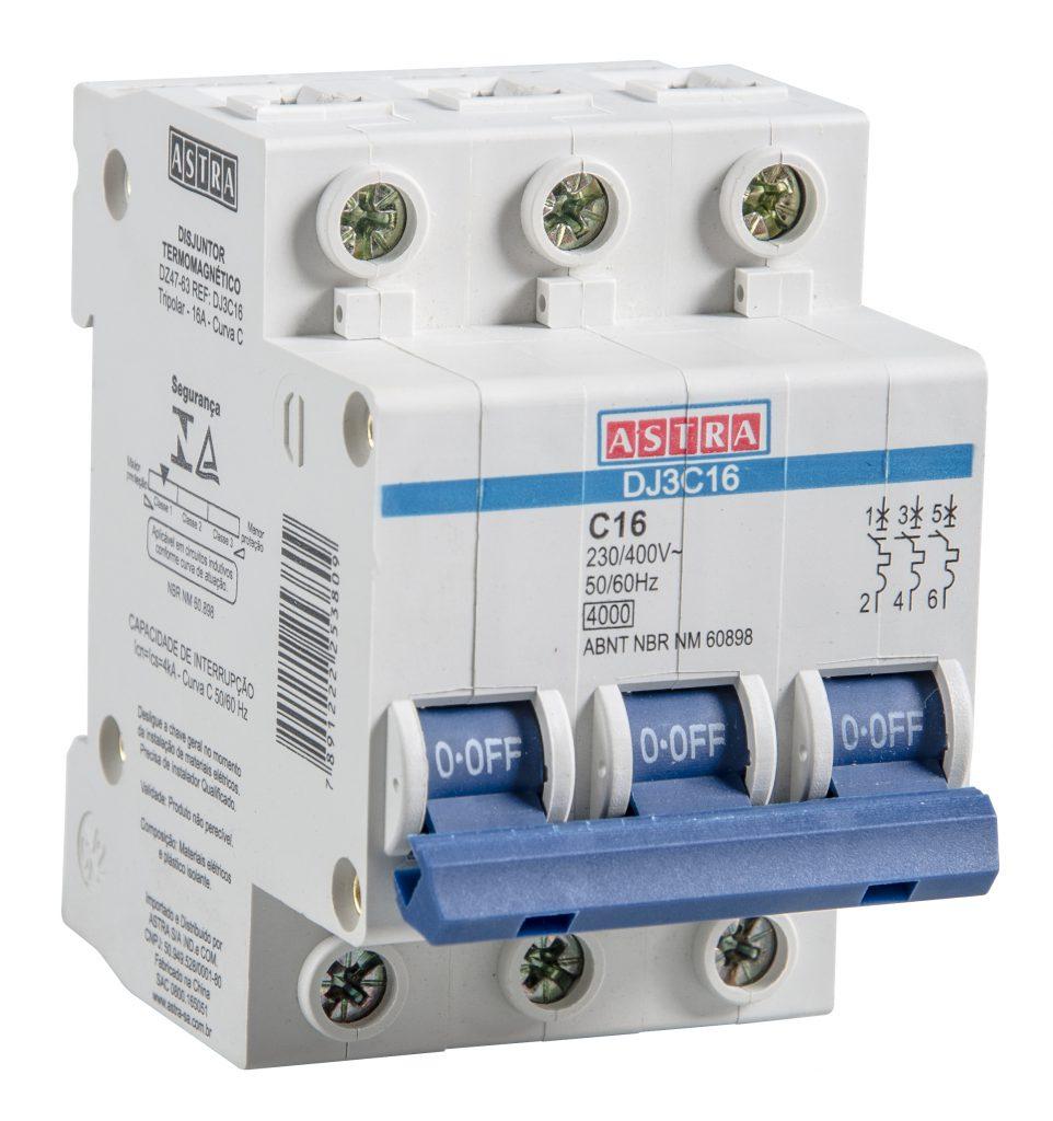 A imagem mostra um disjuntor tripolar da Astra. Ele é branco e, na parte da frente, é possível ver um interruptor azul que liga e desliga os três polos do dispositivo