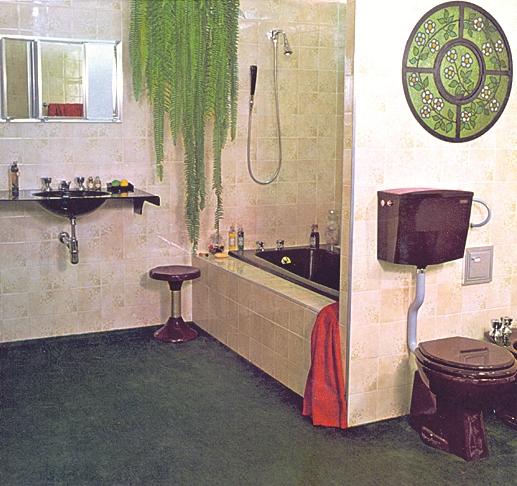 Na foto, o típico banheiro de casa de vó. Com azulejos estampados, o banheiro possui vaso sanitário, caixa acoplada, pia, banqueta e banheira na cor marrom.