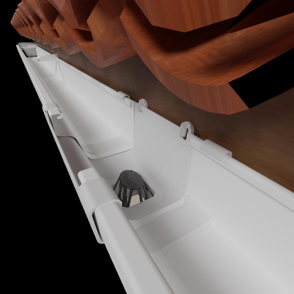 A imagem mostra o interior de uma calha de PVC branca. Na área de saída da água, há um objeto cinza que barra a passagem de folhas.