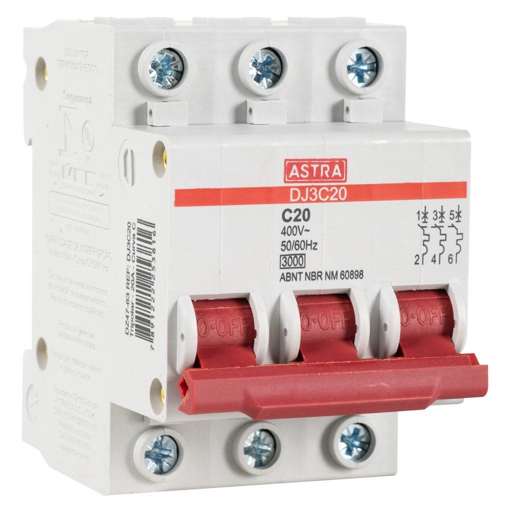 Um disjuntor tripolar da Astra aparece na imagem. Ele é branco e o botão de ligar e desligar é vermelho.