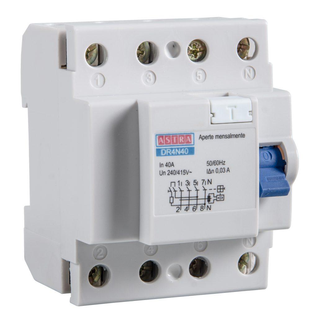 Um Dispositivo Diferencial Residual (DR) da Astra aparece na imagem. Ele é brano e possui um botão de ligar e desligar azul.