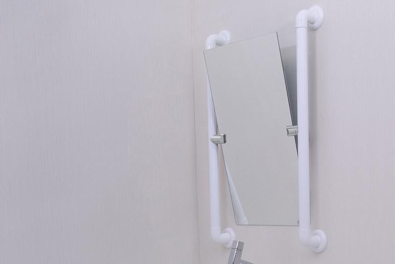 Imagem meramente ilustrativa. Espelho Inclinável ambientado no banheiro.