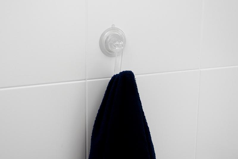 Imagem meramente ilustrativa. Cabide de plástico na cor CRIST ambientado no banheiro.