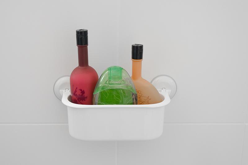 Imagem meramente ilustrativa. Porta-objetos de plástico na cor branco 1 (BR1) no banheiro.
