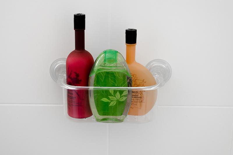 Imagem meramente ilustrativa. Porta-objetos de plástico na cor cristal (CRIST) no banheiro.