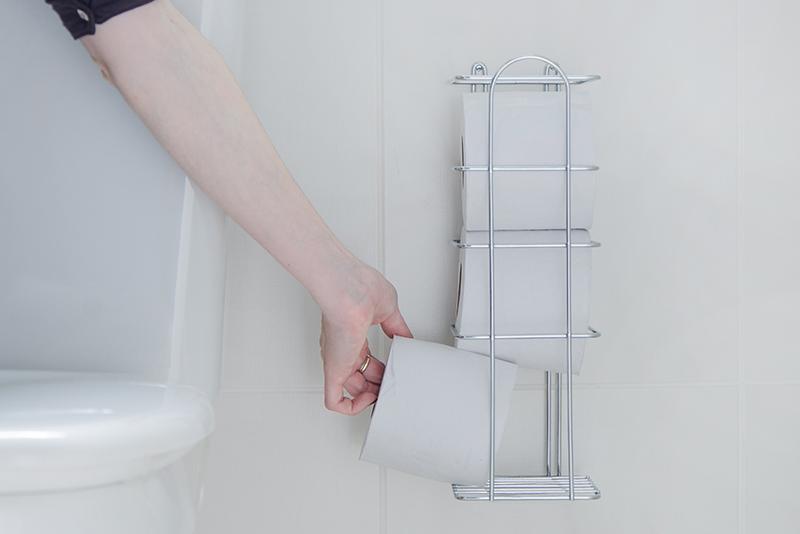 Imagem meramente ilustrativa. Porta-papel aramado ambientado no banheiro.