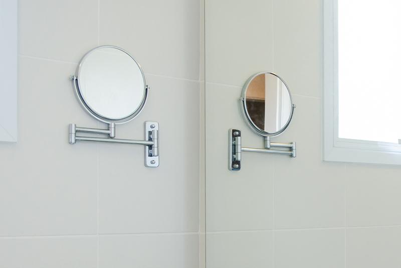Imagem meramente ilustrativa. Espelho de Aumento para Parede ambientado no banheiro.