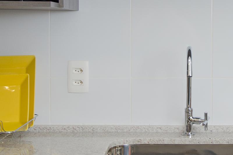 Imagem meramente ilustrativa. Tomada 2P+T 20A / 250V ambientada na cozinha.