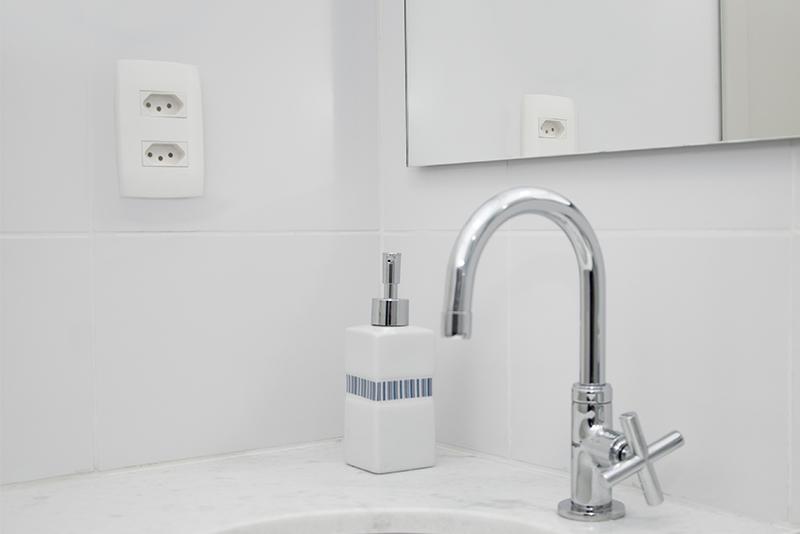 Imagem meramente ilustrativa. Tomada 2P+T 20A / 250V ambientada no banheiro.