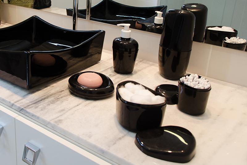 Imagem meramente ilustrativa. Kit para Banheiro com 6 peças ambientado na cor PR.