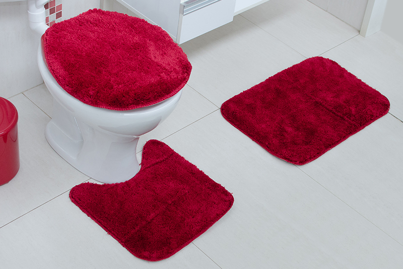 Imagem meramente ilustrativa. Kit de tapetes de Tecido (Stilo) na cor bordô no banheiro.
