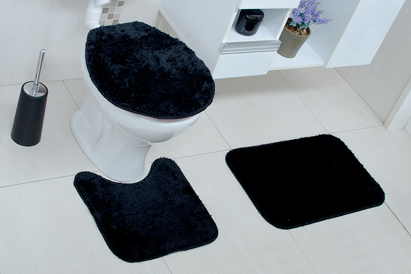 Imagem meramente ilustrativa. Kit de tapetes de Tecido (Stilo) na cor preta no banheiro.