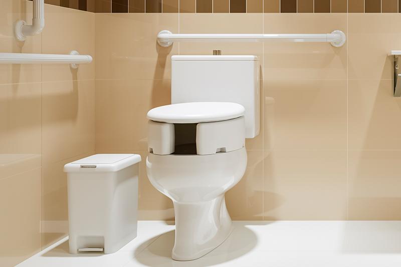 Imagem meramente ilustrativa. Lixeira de Dupla Abertura ambientada no banheiro.