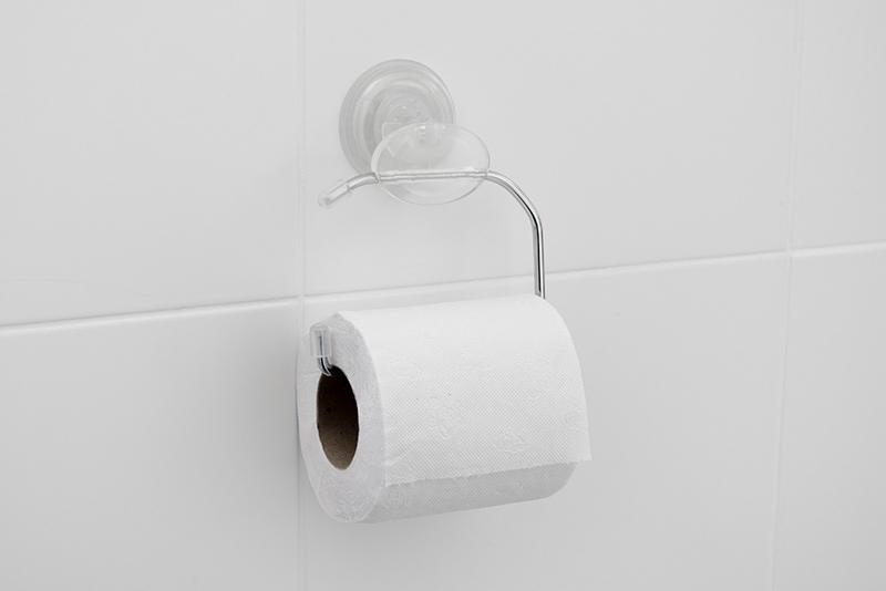Imagem meramente ilustrativa. Papeleira plástica na cor CRIST ambientada no banheiro.