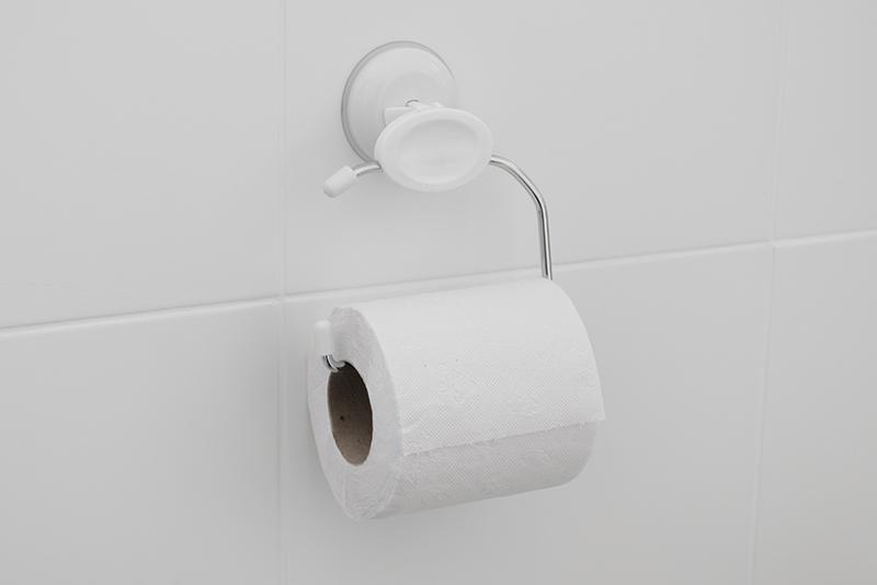 Imagem meramente ilustrativa. Papeleira plástica na cor BR1 ambientada no banheiro.