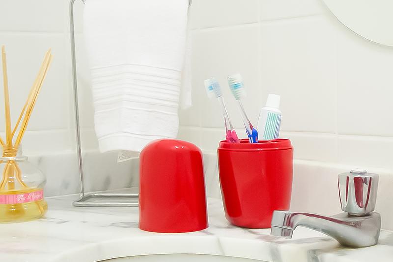 Imagem meramente ilustrativa. Porta-escovas de Plástico ambientado no banheiro.