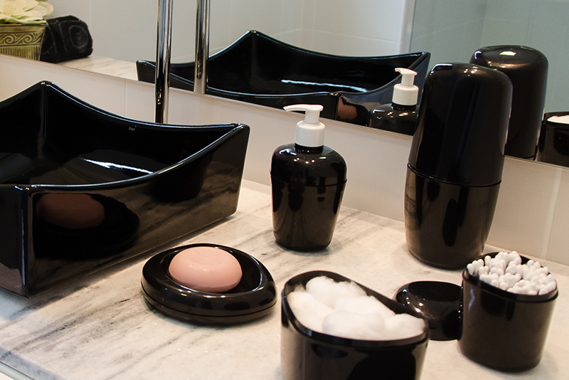 Imagem meramente ilustrativa. Porta-Sabonete Líquido ambientado no banheiro.