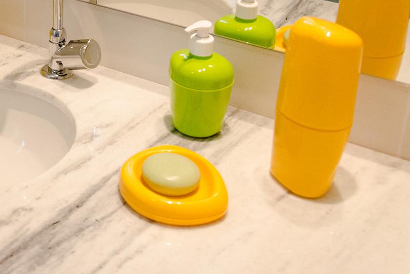 Imagem meramente ilustrativa. Saboneteira Plástica de Mesa ambientada no banheiro.