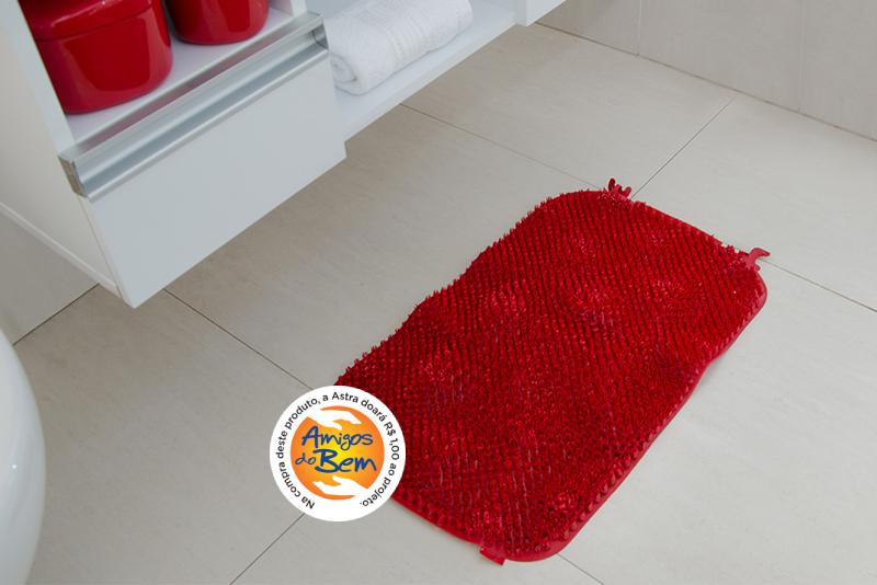 Imagem meramente ilustrativa. Tapete de Plástico Flexível Felpudo na cor BRD ambientado no banheiro.