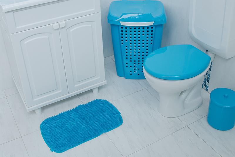 Imagem meramente ilustrativa. Tapete de Plástico Flexível Felpudo na cor BBR ambientado no banheiro.