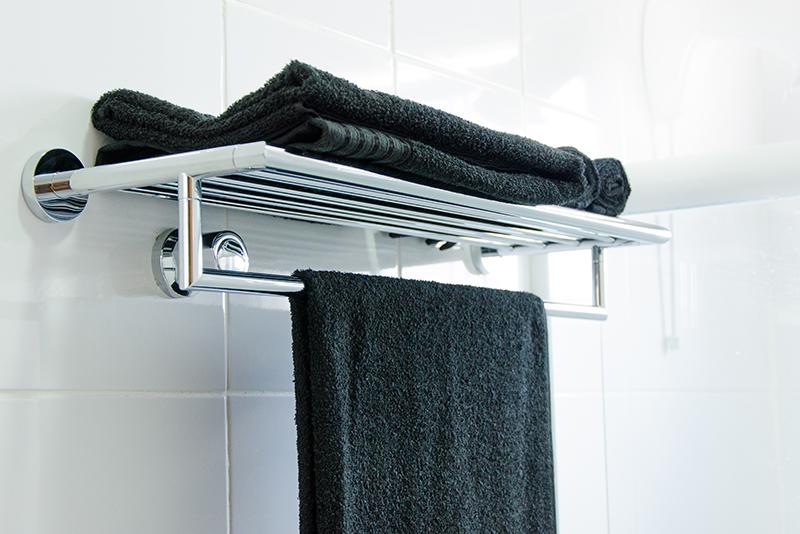 Imagem meramente ilustrativa. Toalheiro em Aço Inox ambientado no banheiro.