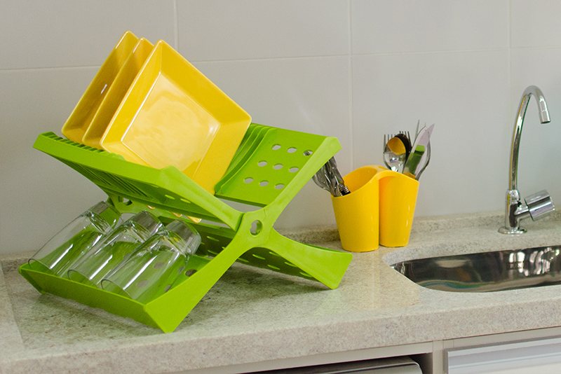 Imagem meramente ilustrativa. Escorredor de Pratos na cor ABC ambientado na cozinha.