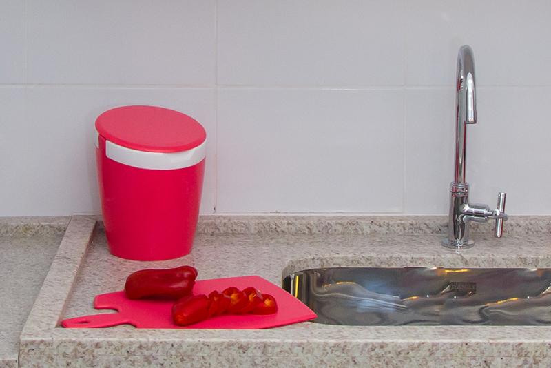 Imagem meramente ilustrativa. Lixeira de Pia na cor GBA-BR ambientada na cozinha.