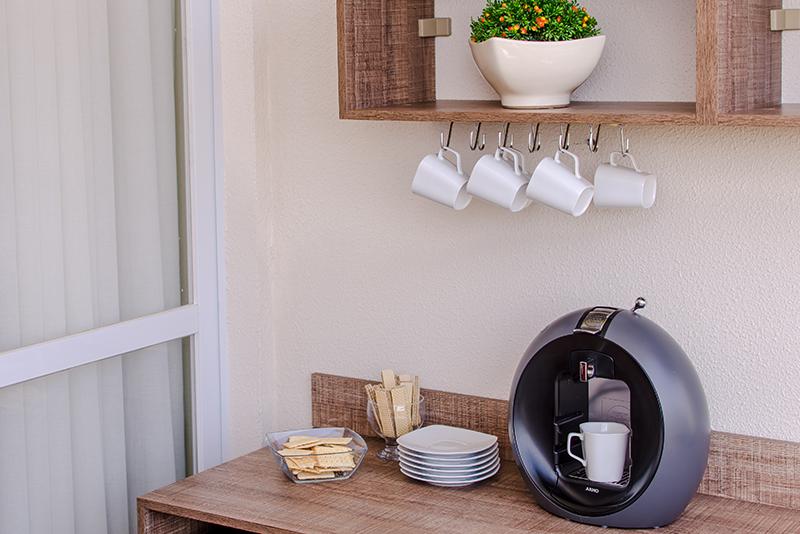 Imagem meramente ilustrativa. Suporte de Xícara ambientado na cozinha.