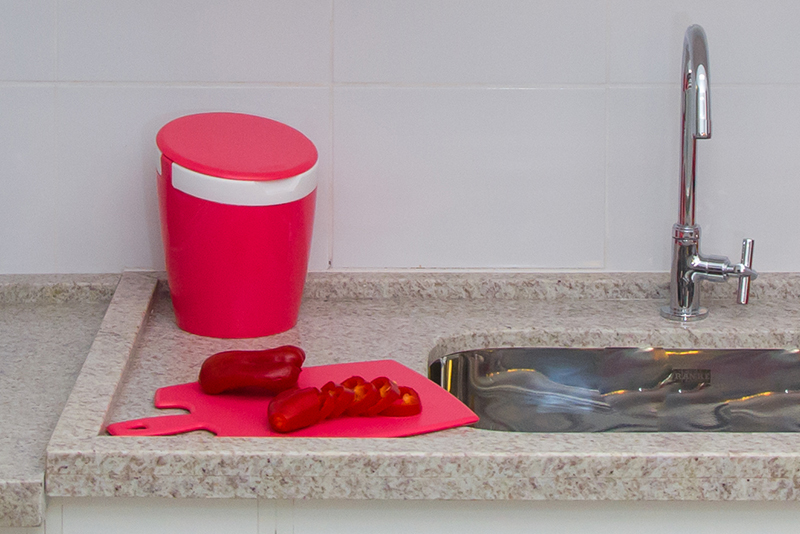 Imagem meramente ilustrativa. Tábua de corte na cor GBA ambientada na cozinha.