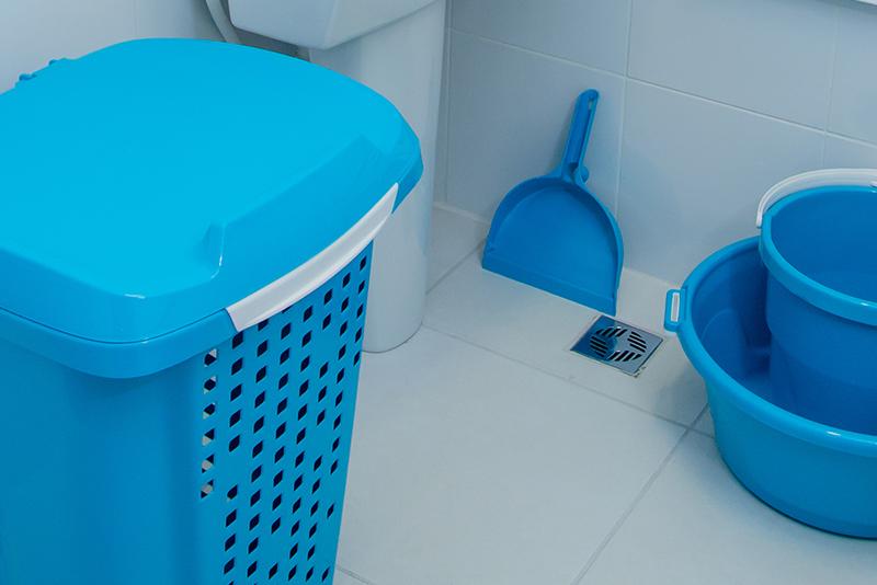 Imagem meramente ilustrativa. Pá de Lixo ambientada na lavanderia.