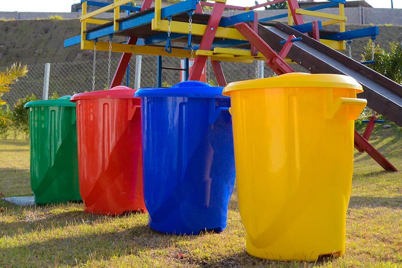Imagem meramente ilustrativa. Cestos para Lixo ambientados nas cores Verde 1 (VD1), Vermelho 1 (VM1), Azul 5 (AZ5) e Amarelo (AMC).