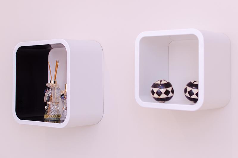 Imagem meramente ilustrativa. Nichos nas cores Branco - Preto 1 (BR-PR1) e Branco - Branco (BR-BR) ambientados na sala.
