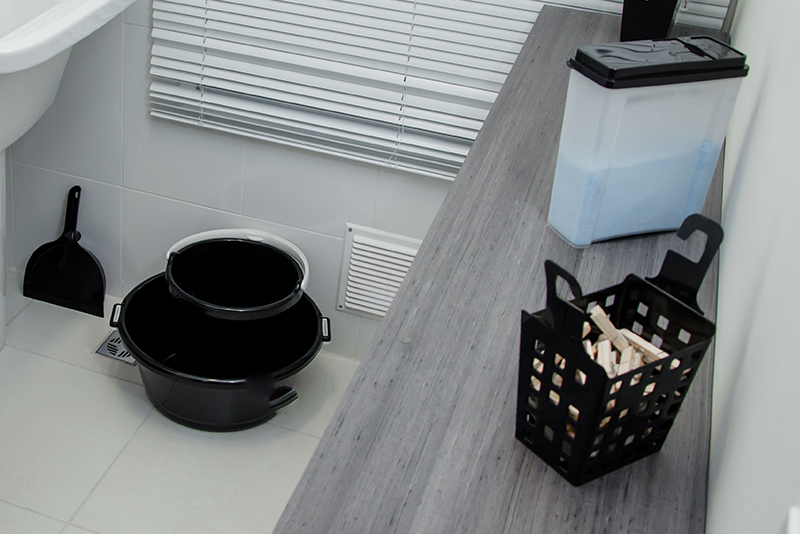 Imagem meramente ilustrativa. Pote multiúso na cor Transparente - Preto 1 (T-PR1) ambientado na lavanderia.