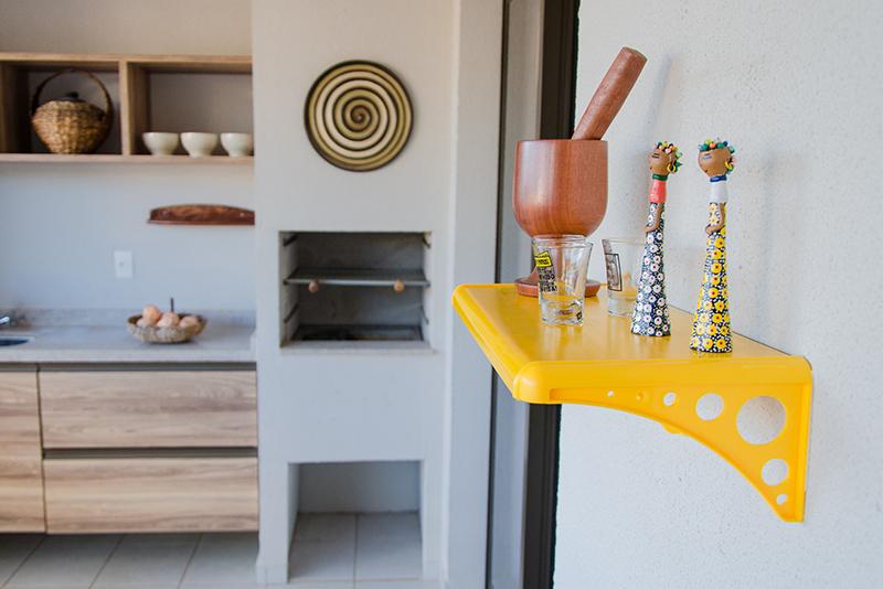 Imagem meramente ilustrativa. Prateleira plástica ambientada na cozinha.